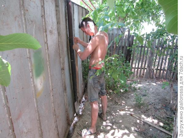 Очищаем область заливки фундамента от земли