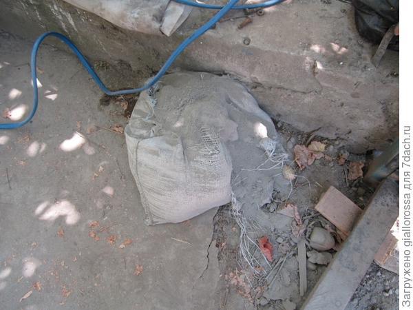 Порванный мешок цемента