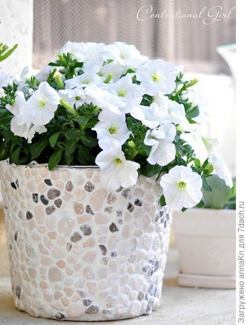 Кашпо для цветов, украшенное галькой