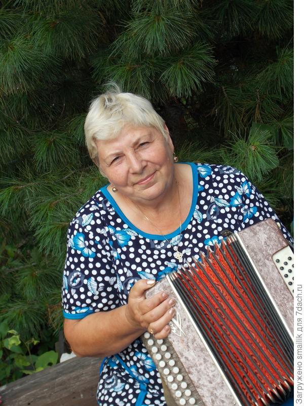 бабуля играет на гармошке
