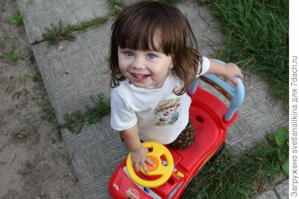 Вероничка - клубничка на личном дачном авто!!!