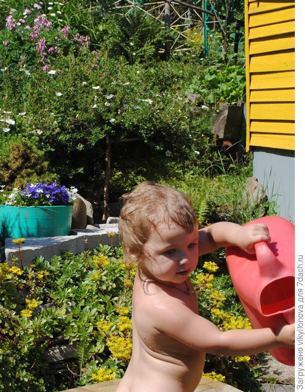 Варвара поливает цветочки!