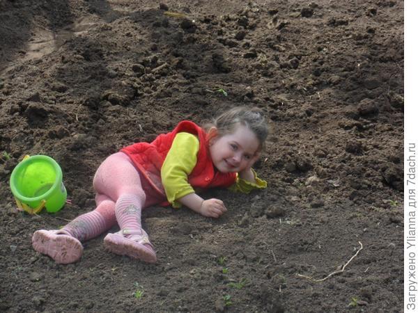 Вот так вот мы лежим,одыхаем на нашей любимой даче)).Эрика 2,5 года.