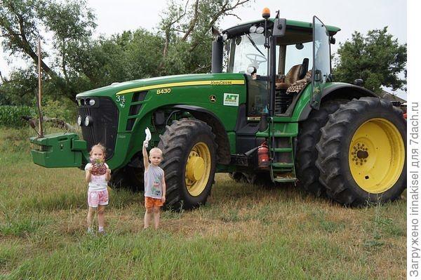 Тракторист и его подружка!