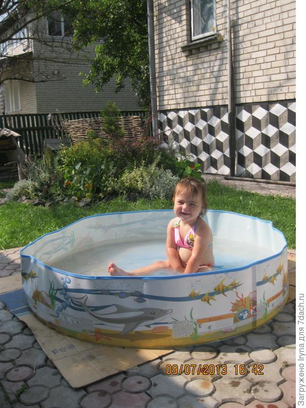 Виктория в бассейне