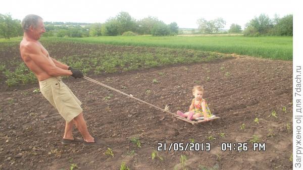Помогала дедуле сапать огородик!!!