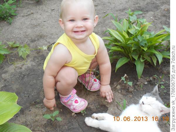 Алесенька с кошкой Маней