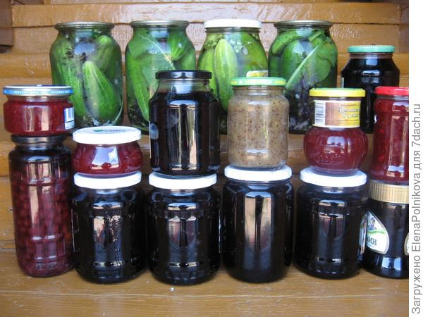 наши запасы: варенье из черной и красной смородины, вишни, малины, крыжовника, огурцы соленые