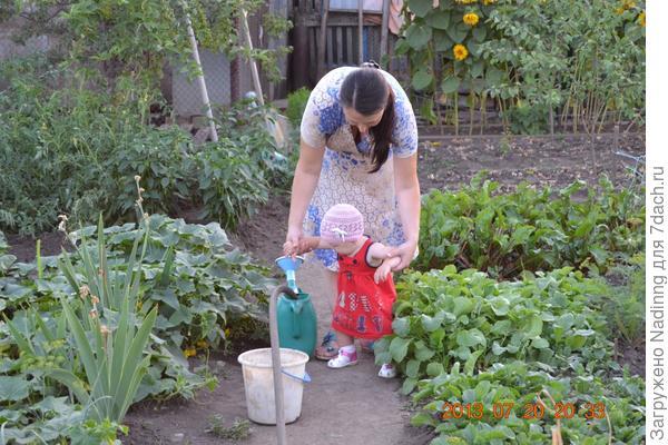 Софьюша - моя маленькая помощница (огуречики полью, а потом и перчики, помидорки и свеклу, вот как маме помогу!!! )))))