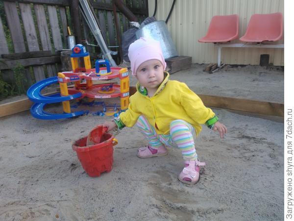 Марго в песочнице