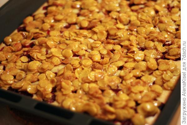 Вишневый пирог с кукурузными хлопьями.