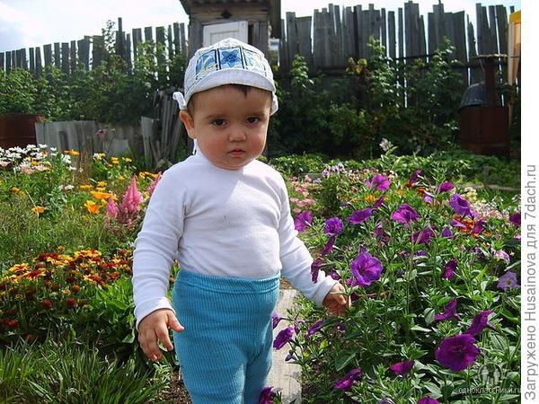 Мой любимый сыночек. очень любит цветы, особенно которые он сам садил)