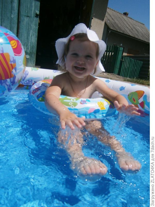 Златочка в басейне