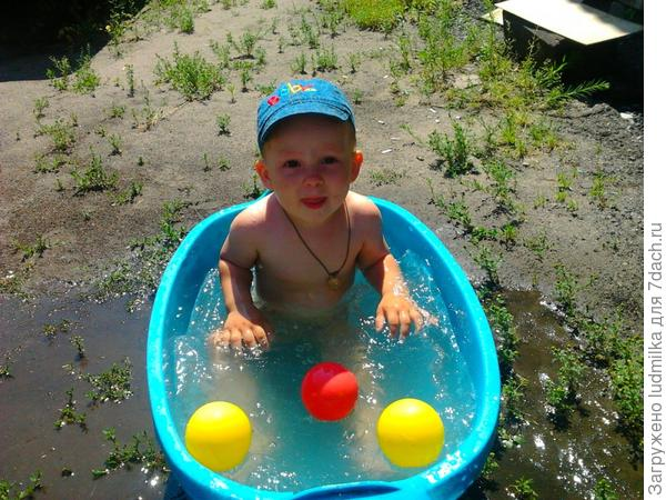 Кто, 2годика от роду,Очень любит в ванной воду,В ней краснея помидоркой?Ну, конечно, наш Егорка!!!!!!