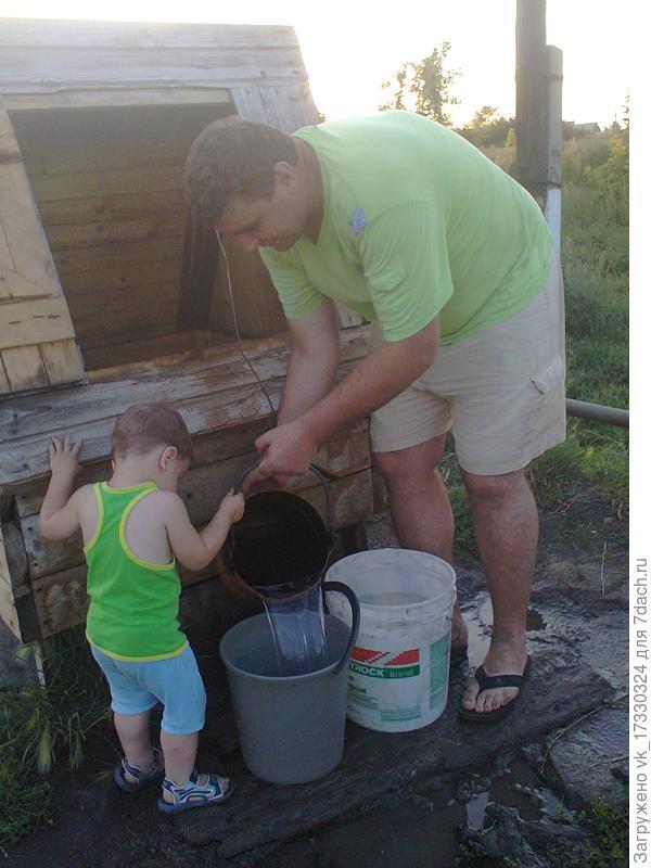 Елисей с папой набирают воду на колодце