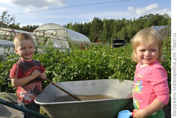 Лева и Полина готовят волшебное зелье