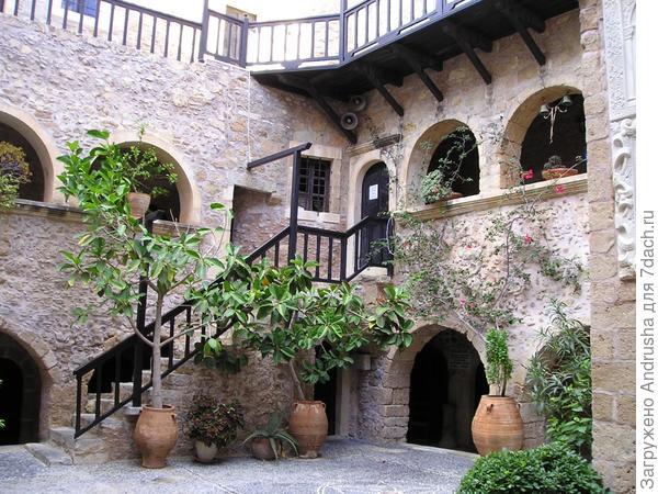 Уютный испанский дворик в средиземноморском стиле