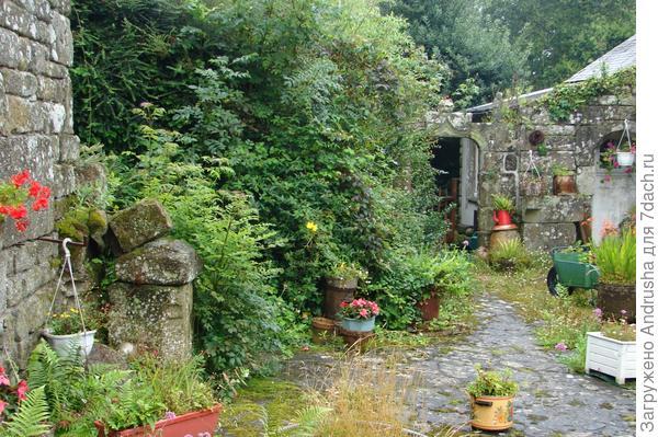 Уютный дворик в стиле кантри