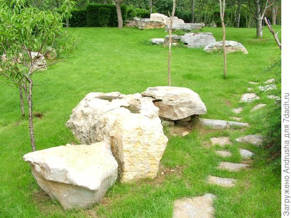 Каменная дорожка на газоне и камни