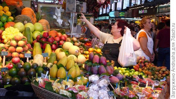 Богатый выбор овощей и фруктов
