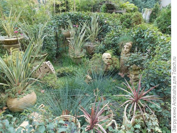 Бюсты в растительной композиции