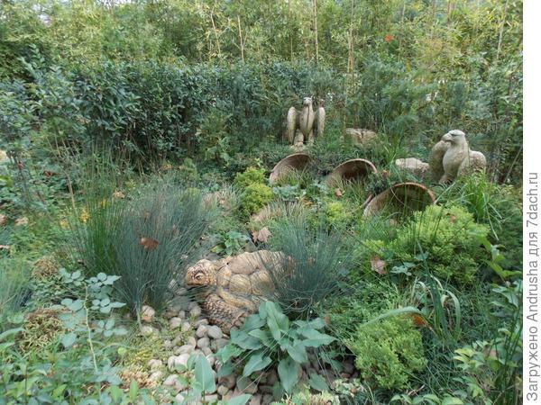Черепаха и орлы в растительной композиции