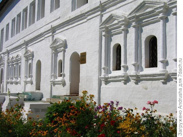 Стены храма и рудбекия