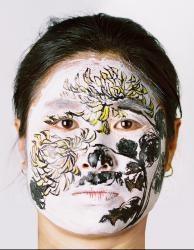Боди-арт с хризантемой
