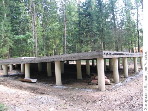 Бетонные сваи на болотистой местности. Фото с сайта sk-alisma.ru