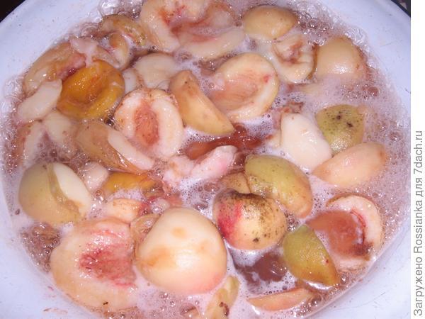 Варим персики.