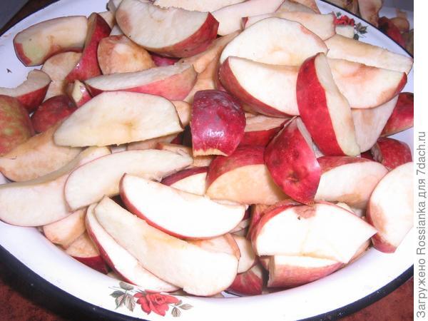 Яблоки дольками.