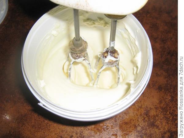 Взбиваем сметану с сахаром и добавляем растворённый желатин.