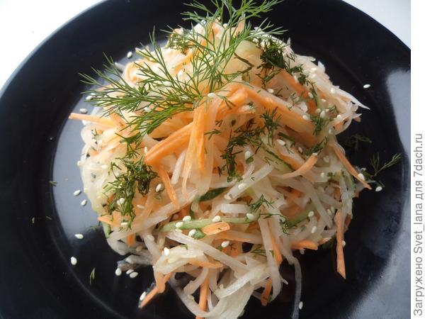 Салат из дайкона, моркови и огурца.