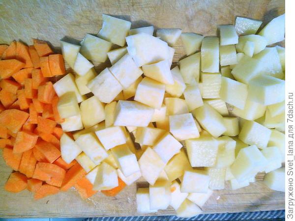 Порезать овощи кубиками.