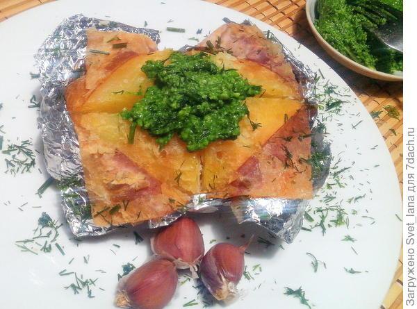 Картофель с зеленым соусом.