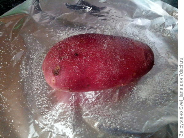 Картофель завернуть плотно в фольгу.