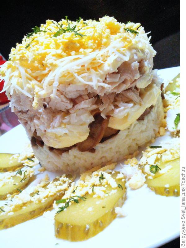Салат с курицей, грибами и маринованным луком.