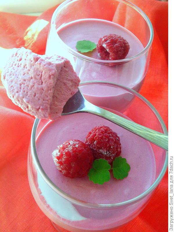 Сливочный десерт из замороженных ягод.