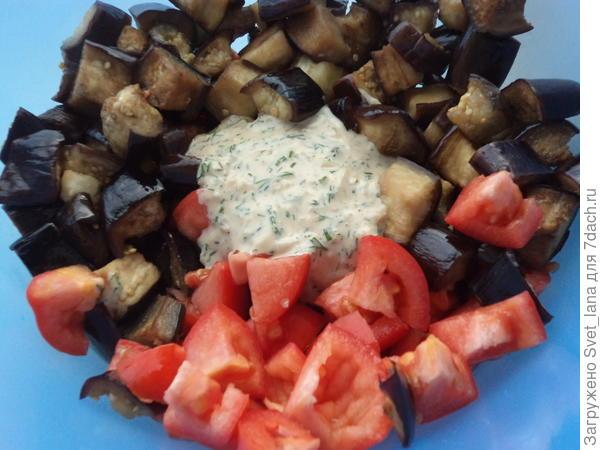 Теплый салат с баклажанами.