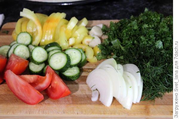 Салат из огурцов, помидоров и зелени на зиму. Пошаговый рецепт с фото