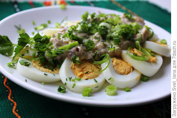 Грибы в сметане с вареными яйцами