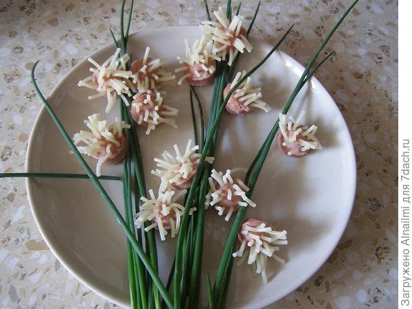 Цветы из лапши и сосиски