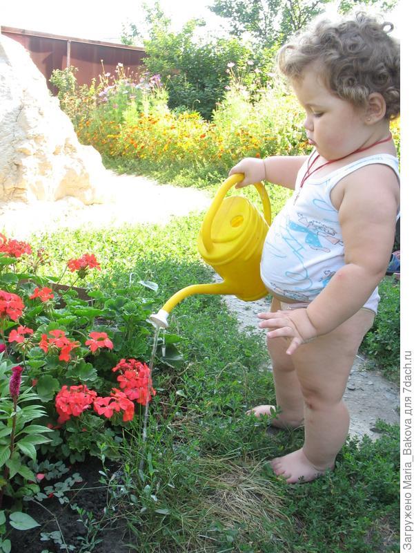 Ксюша поливает цветы
