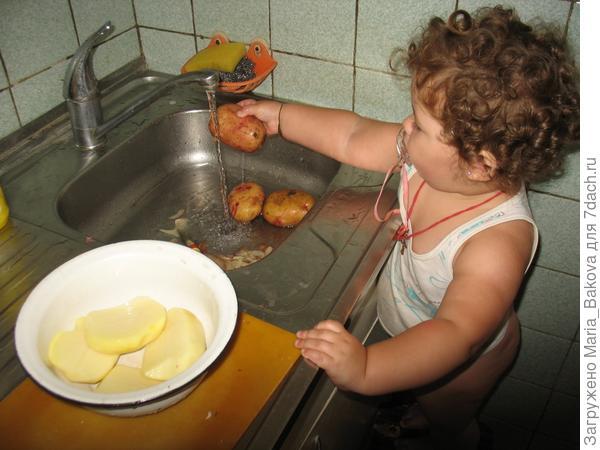 Ксюша моет картошку 1 год и 5 месяцев