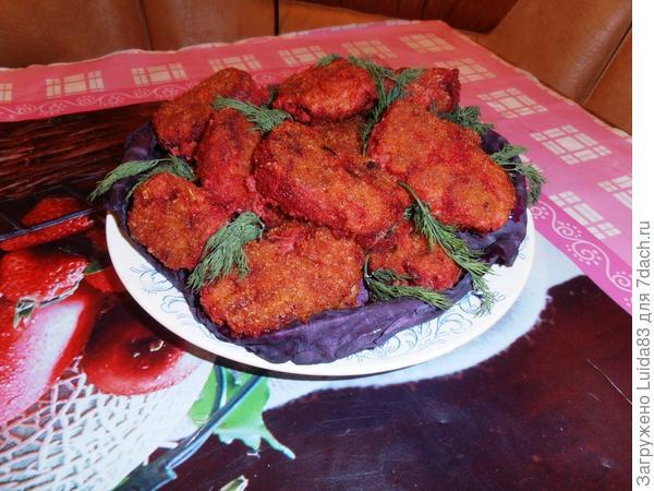 Мясные котлеты с овощными добавками.