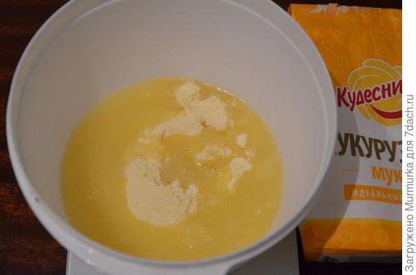 2. В другую посуду просеять оставшиеся 50 г муки и влить кипяток, хорошо перемешать до состояния густой каши.