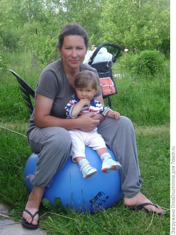 мальчик с девочкой на шаре))
