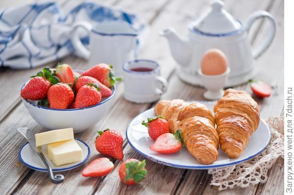 Французский завтрак: круассан с клубникой