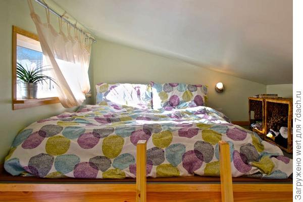 Спальня на чердаке на даче