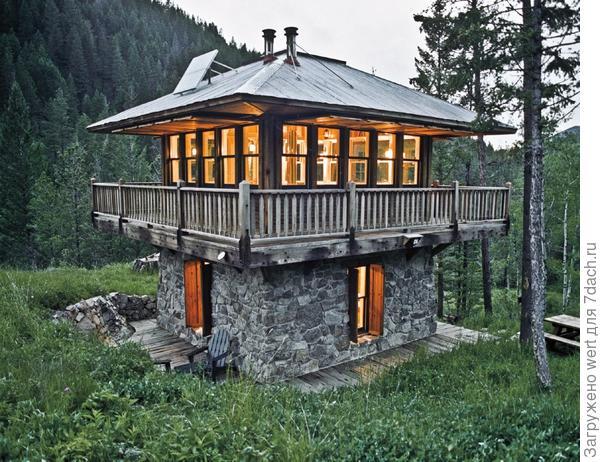 Дом для лесничего или рыболова в лесу